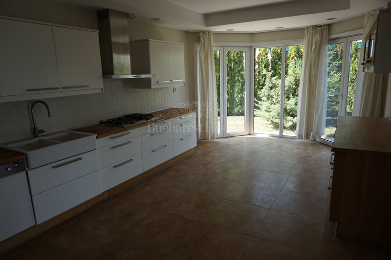 Five Bedroom House with Peaceful View over Lake in Pipera
