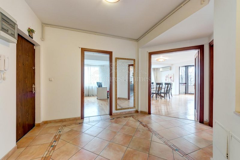 Three Bedroom Apartment with Parking - Primaverii