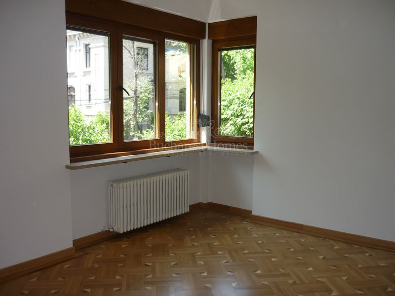 Renovated Classic Apartment  of 3 Bedrooms with Garden