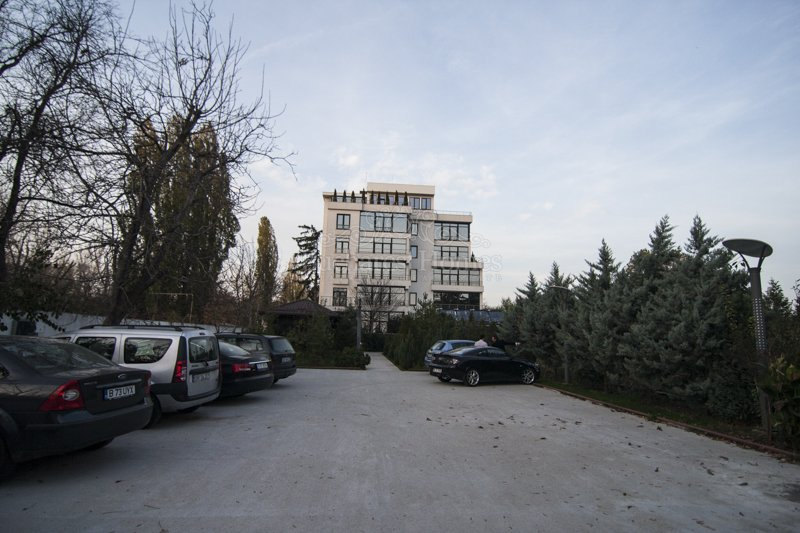 Five Story Building with Large Garden and Parking - Pipera